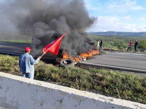 Manifestantes bloquearam BR-232 em diferentes pontos de Pernambuco