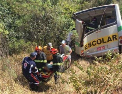 Três alunos morrem e 15 ficam feridos em acidente com ônibus escolar