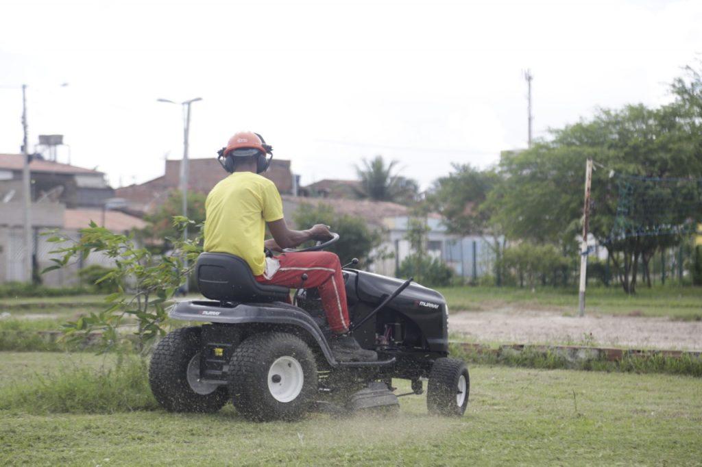 Prefeitura adquire um trator cortador de grama para a manutenção do Parque da Cidade
