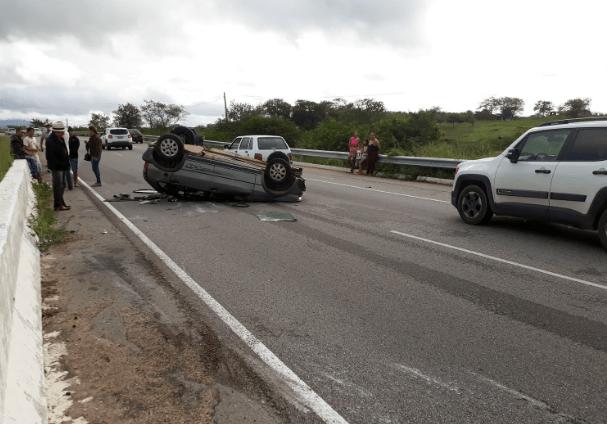 Susto: carro com quatro pessoas capota na Rodovia BR-104 em Caruaru