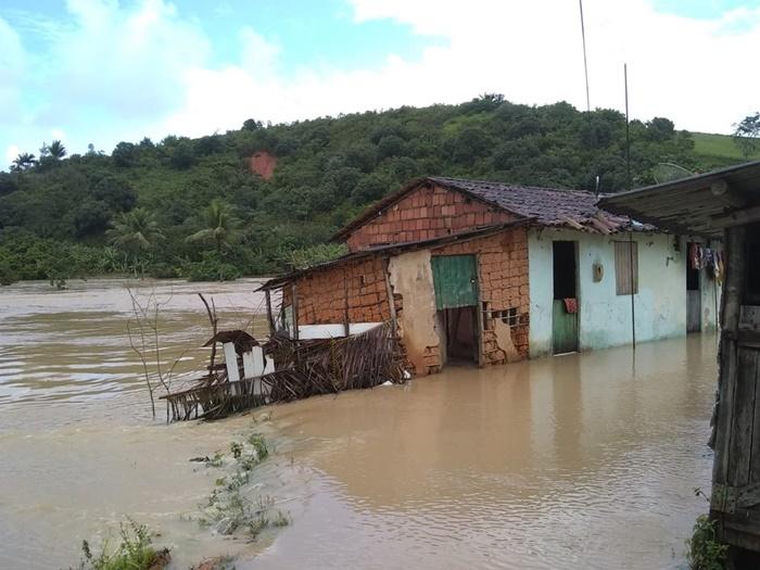 Chuva alaga 240 casas e deixa mais de 500 famílias desabrigadas em Barreiros (PE)