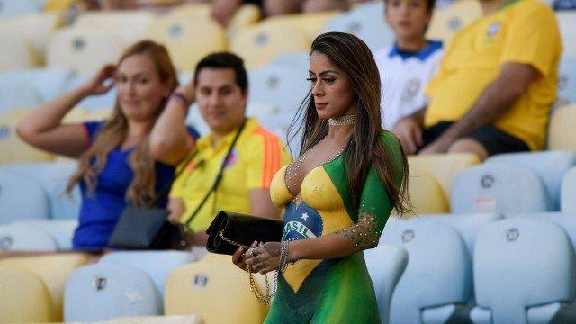 Torcedora pinta bandeira do Brasil no corpo e vira destaque durante partida do Brasil x Peru