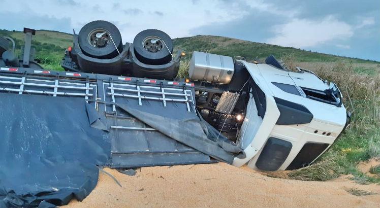 Acidente com carreta é registrado na BR-408, motorista fica ferido
