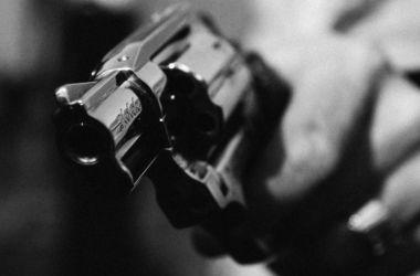 Homem morto com 10 tiros quando conversava com amigos na frente de casa