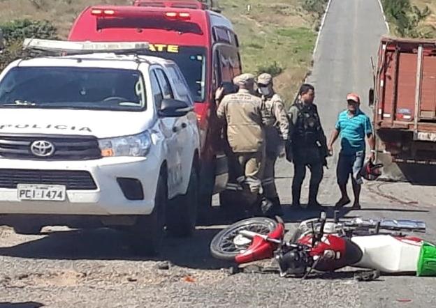 Homem tenta desviar buraco na PE-320 e acaba sendo atropelado por caminhão