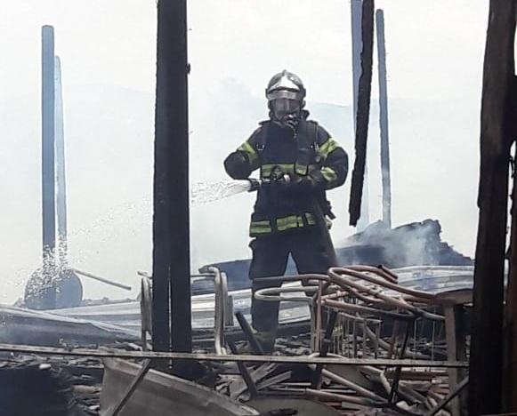 Tragédia: Incêndio destrói oficina de estofados em Cupira; empresário fica desolado
