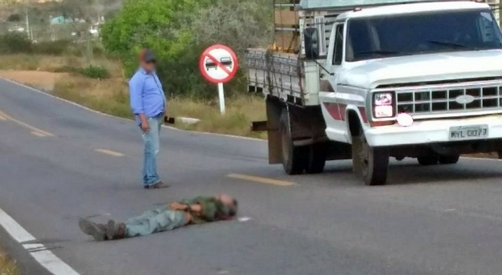 Homem morre após cair de caminhão que transportava pneus; um dos pneus teria estourado