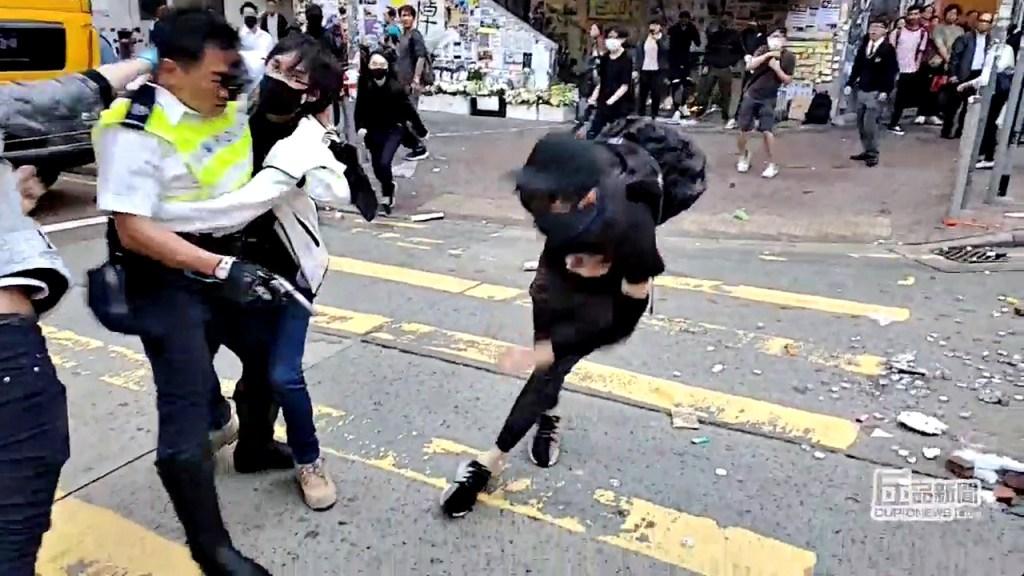 Policial atira em manifestante durante transmissão ao vivo no Facebook