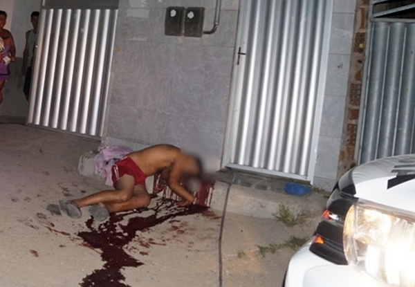 Jovem morto a tiros na porta de casa em Caruaru; amigo foi baleado e socorrido