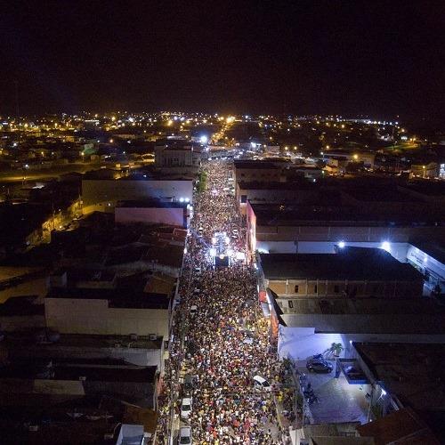 Salgueiro faz diferente e movimenta cidade no Carnaval