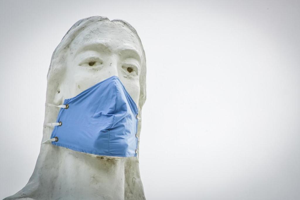 Estátua do Cristo Redentor ganha máscara facial; assista vídeo