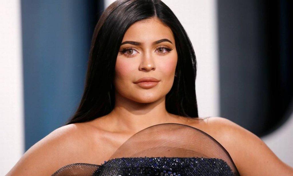Empresária Kylie Jenner fingiu ser bilionária e Forbes retira título