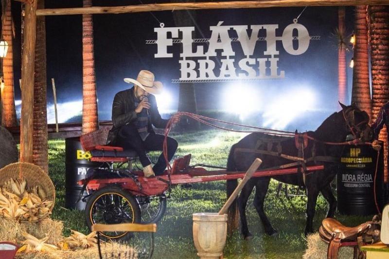 Cantor Flavio Brasil é 'levado' por cavalo nos primeiros segundos de live e vira meme