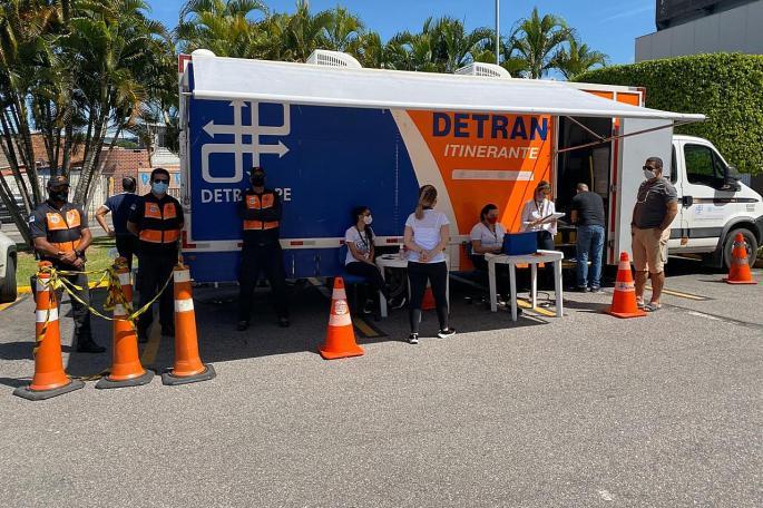 DETRAN-PE oferece serviço de entrega de documentos no sistema Drive-Thru