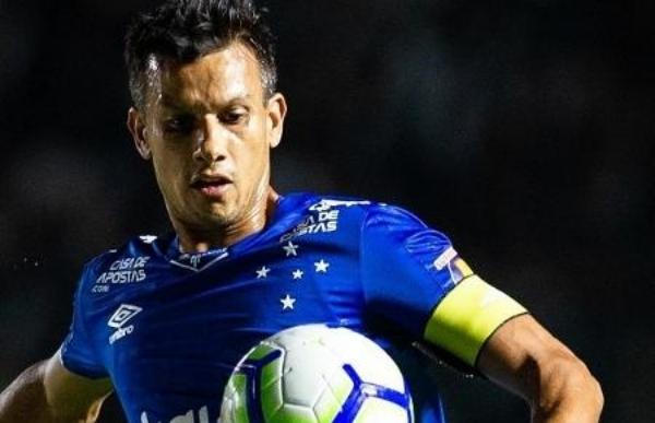 Jogador do Cruzeiro cai de penhasco com carro em Minas Gerais