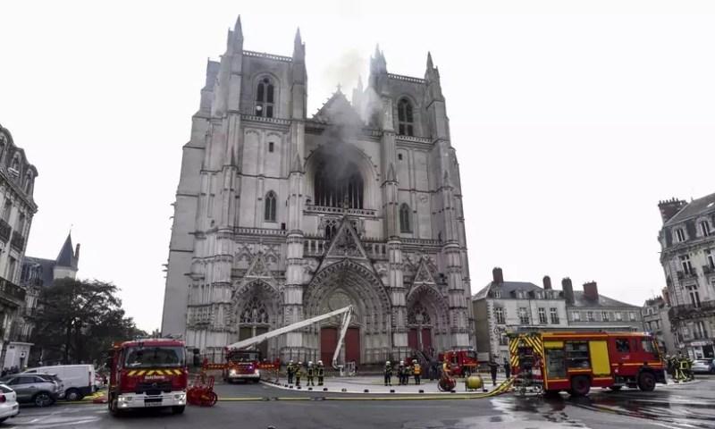 Incêndio na catedral de Nantes destrói órgão musical