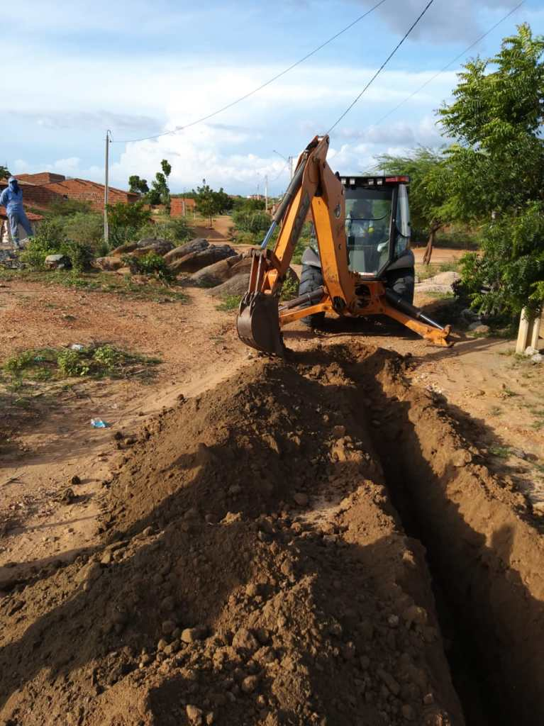 COMPESA implanta rede de abastecimento de água no bairro DNER em Floresta