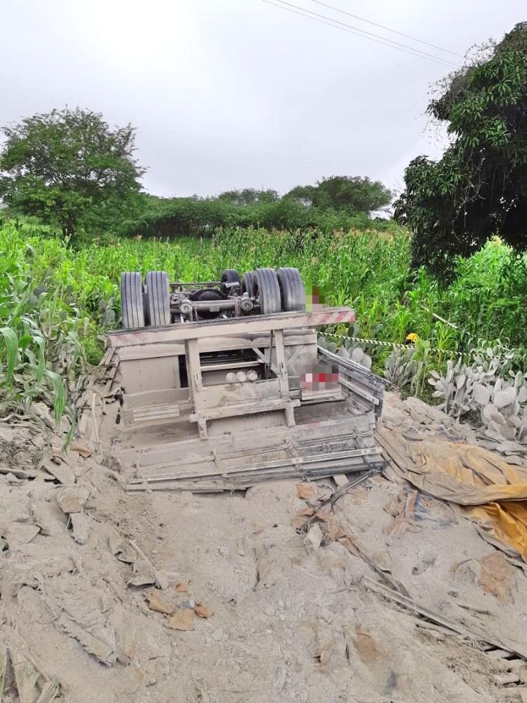 Caminhão carregando com cimento tomba e motorista morre no local