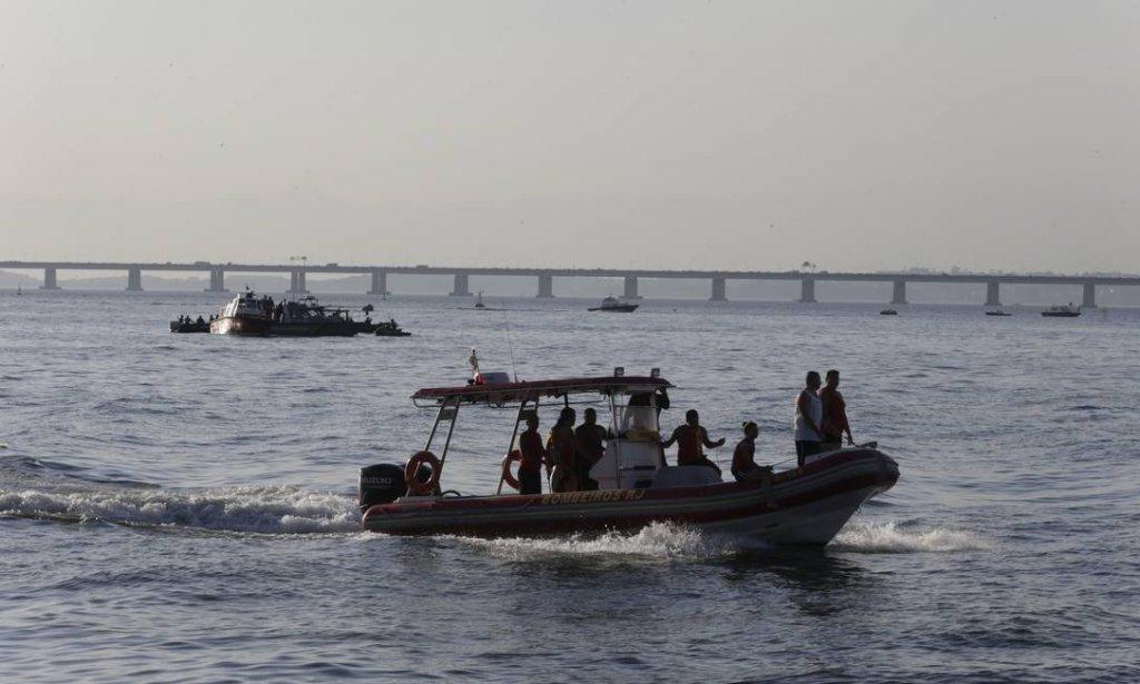 Helicóptero cai na Baía de Guanabara