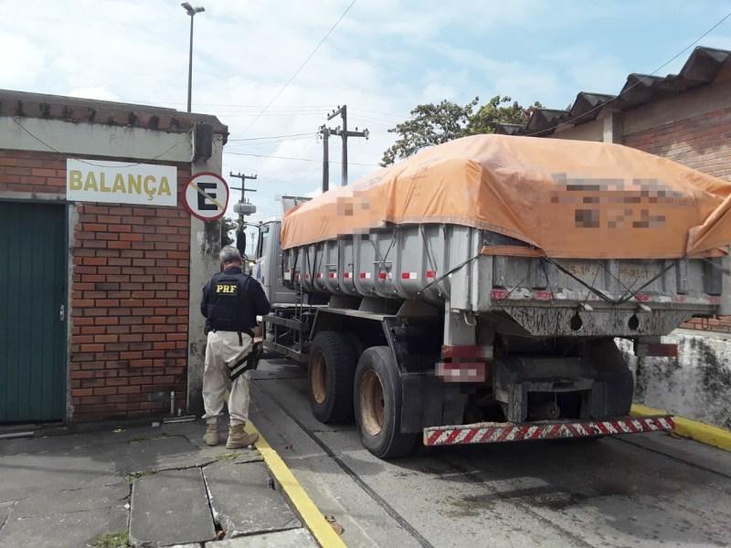 Caminhão com 13 toneladas de excesso de peso é retido na BR 101, no Recife