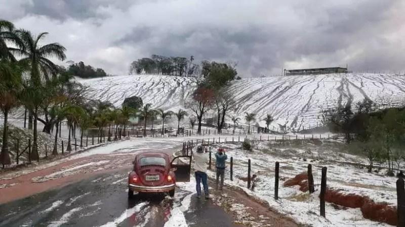 Chuva de granizo muda paisagem no sul de Minas Gerais
