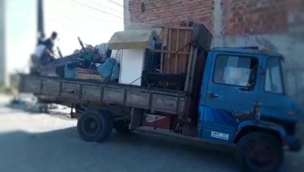 Caminhão de mudança é flagrado com adolescentes e cachorro na carroceria em Caruaru