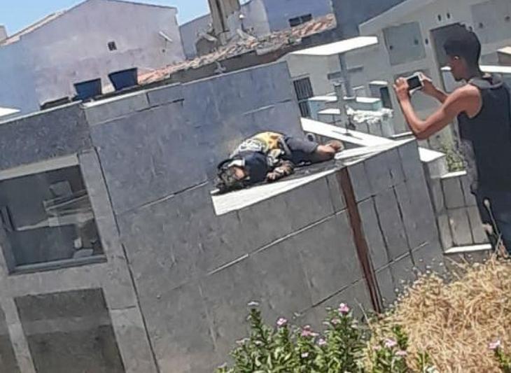 Cemitério: Homem morto a tiros em cima de túmulo
