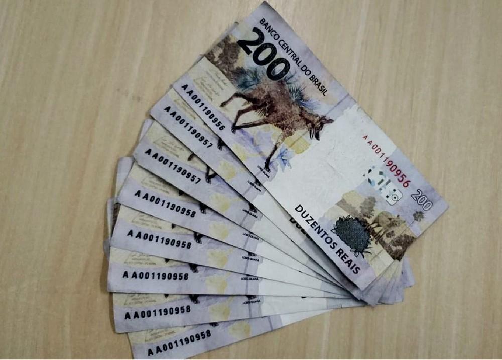Idoso coloca refletores para vender no Facebook e recebe notas de 200 reais falsas