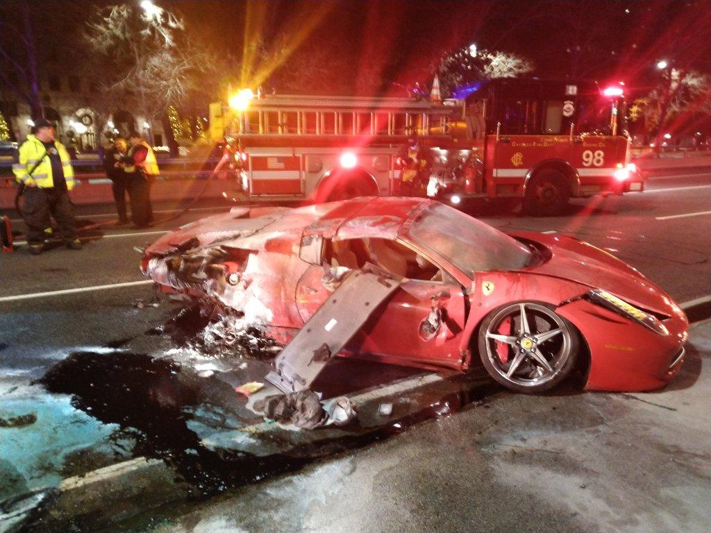 Jovens alugam Ferrari e duas horas depois capotam veículo