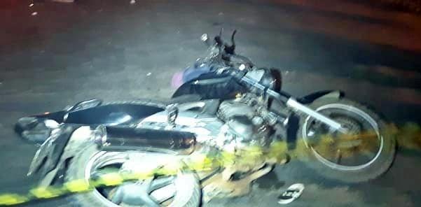Motoqueiro atropelado por caminhão apos colidir frontalmente com outra moto