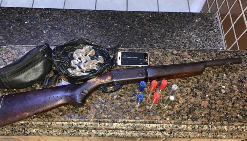 Dupla é presa com espingarda calibre 12 e drogas