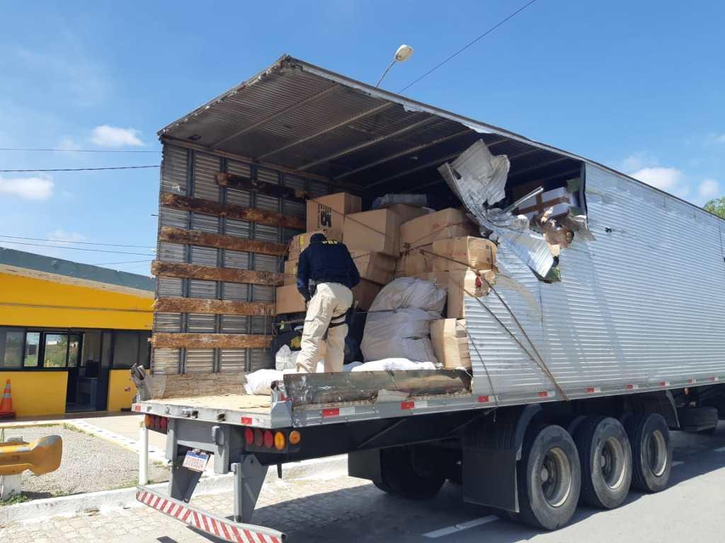 Carreta sofre acidente e PRF descobre carga de produtos falsificados na BR 232