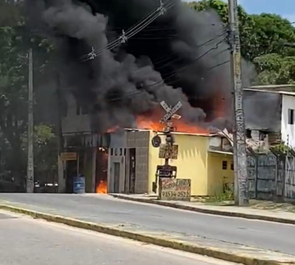 Recife: Incêndio destrói três casas e quatro pontos de comércio