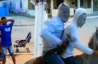 Ladrões que usaram cavalo durante assalto a mercadinho são presos pela Polícia Militar