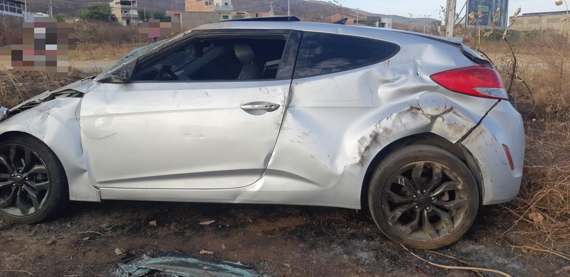 Motorista perde controle e capota carro na BR-104, em Toritama