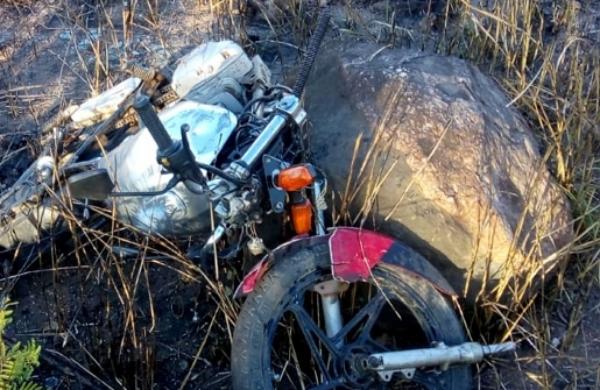 Terrível: adolescente perde controle de moto e morre após bater em pedra