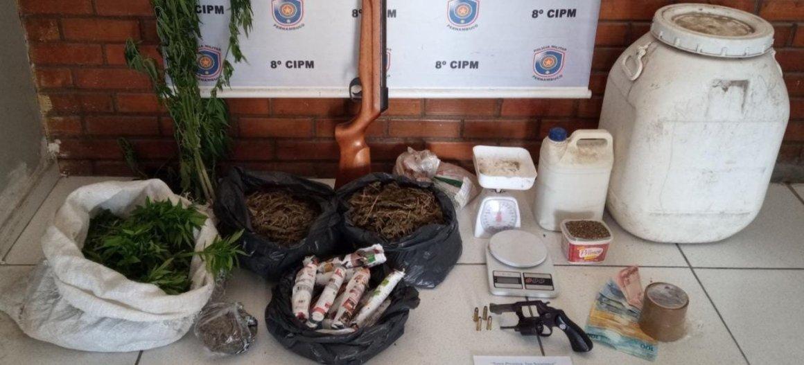 Homem é detido pela PM, em Pesqueira, por cultivo de maconha e tráfico de drogas, como também por porte ilegal de arma de fogo