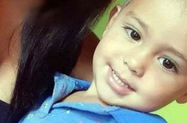 Criança de dois anos morre após cair de moto com a mãe