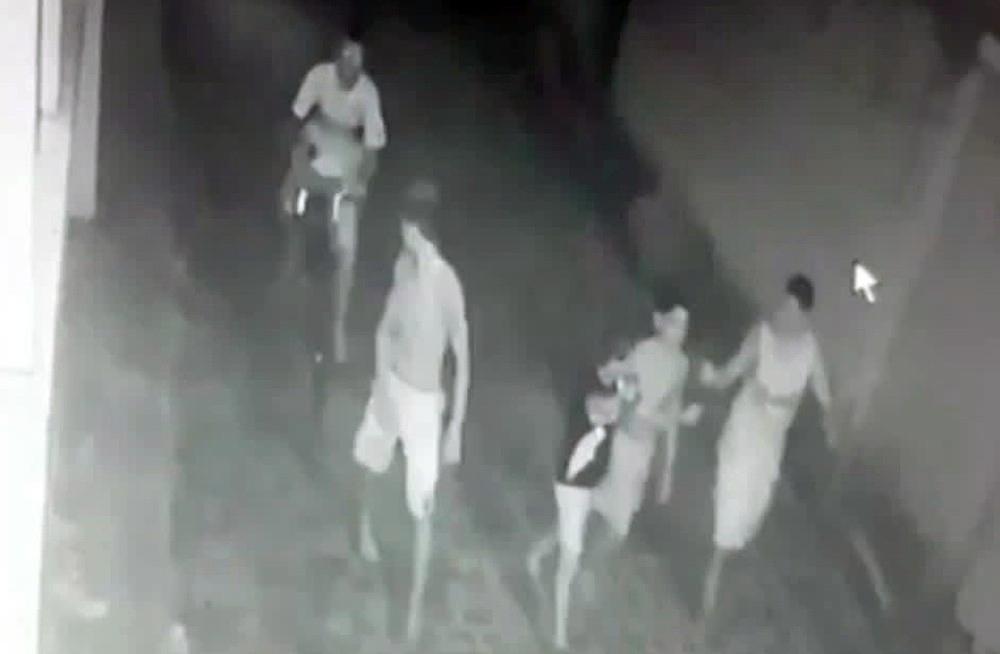 De bicicleta, homem mata adolescente com três tiros