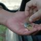 Gravatá: Dois garis estão pedindo dinheiro afirmando que estão com salários atrasados na empresa do lixo