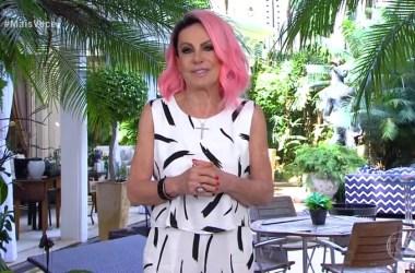Ana Maria Braga aparece ao vivo com cabelo rosa