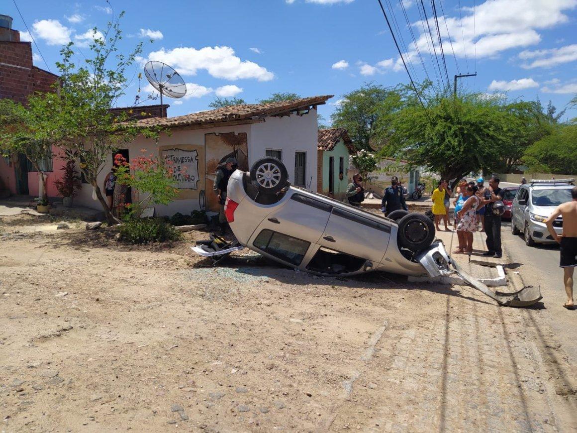 Gravatá: carro capota e bate em casa no bairro do Jucá