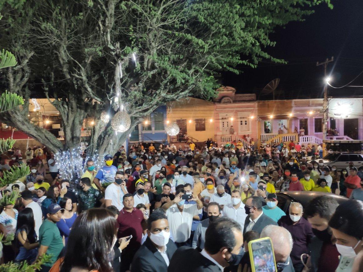 Multidão recepciona Padre Joselito e Junior Darita na porta da câmara de Gravatá