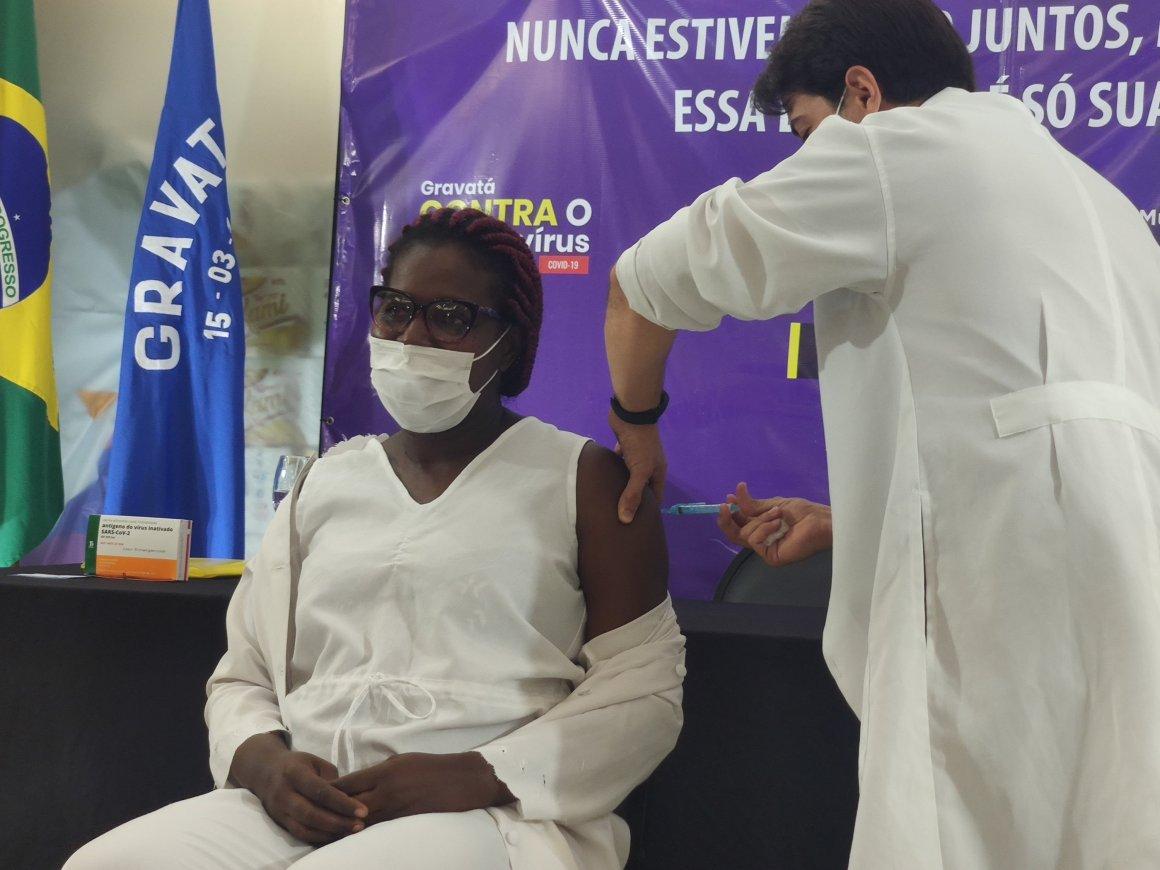 Conheça Silvânia Lima, a primeira pessoa a ser vacinada contra a Covid-19 em Gravatá