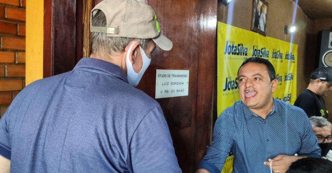 Jota Silva entrevista Léo do Ar na Gravatá FM e atinge pico de 70% de audiência