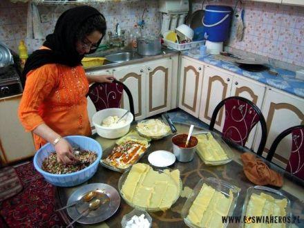 Kuzynka Amira podczas przygotowań posiłku iftar
