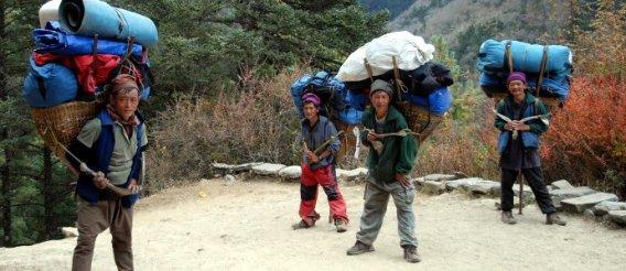 W grupie raźniej. Ludzie Sherpa w Himalajach. (Fot. Karolina Sypniewska)