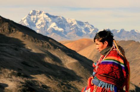 """Pielgrzym modlący się do """"Apu"""" - świętej góry Ausungate (w tle). (Fot. Kuba Fedorowicz)"""