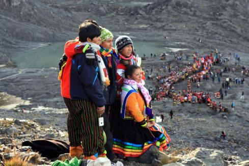 Grupa pielgrzymów czekająca na ukuku's. W dole widać kolejny komitet powitalny, jakich wiele w całej dolinie Sinakary. (Fot. Kuba Fedorowicz)