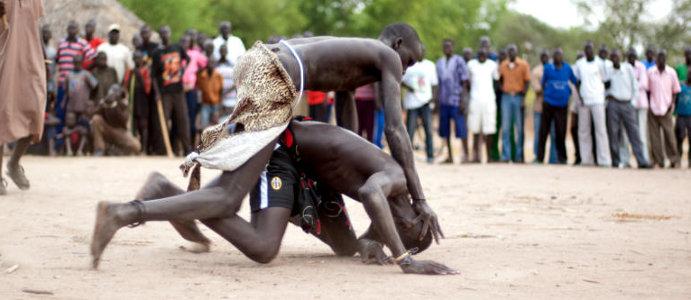 W sudańskim wrestlingu zasady są proste - przeciwnika trzeba rozłożyć na łopatkach. (Fot. Jakub Pająk)